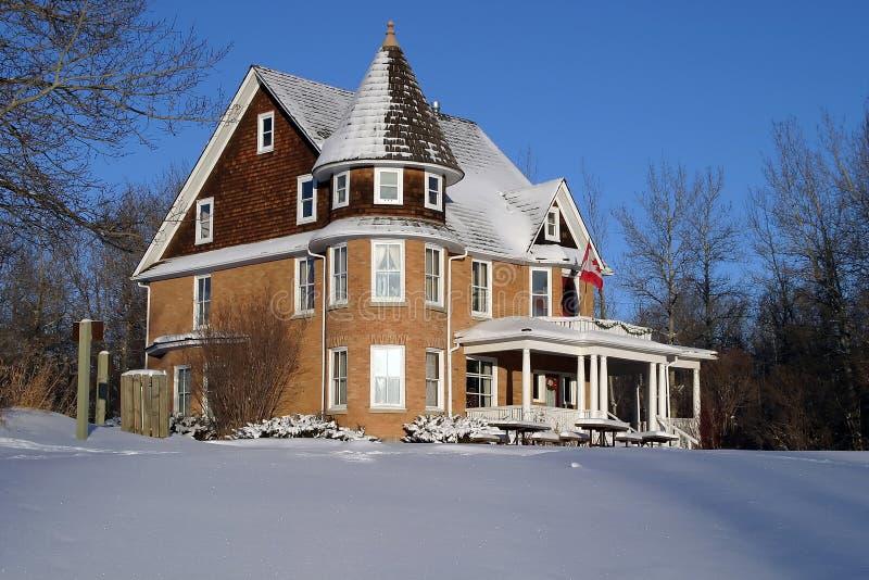 Landsitz-Haus im Winter stockbild