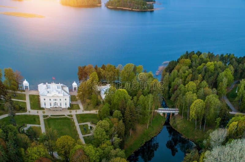 Landsitz nahe Trakai im Fr?hjahr, von der Luft lizenzfreie stockbilder