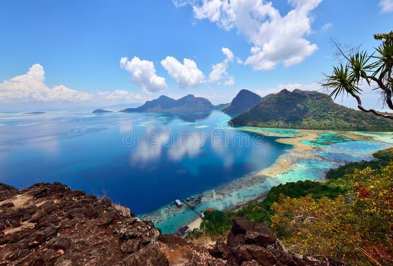 Landskap överst av den Bohey Dulang ön nära den Sipadan ön royaltyfria bilder