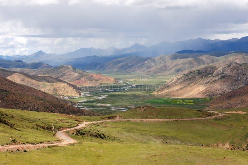 Landskap av berg i Tibet arkivbilder