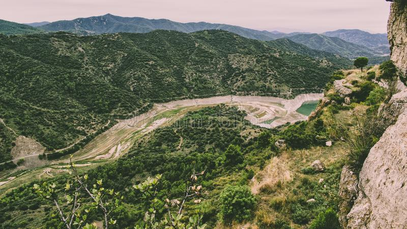 Landskap av berg med lövrika skogar royaltyfri foto