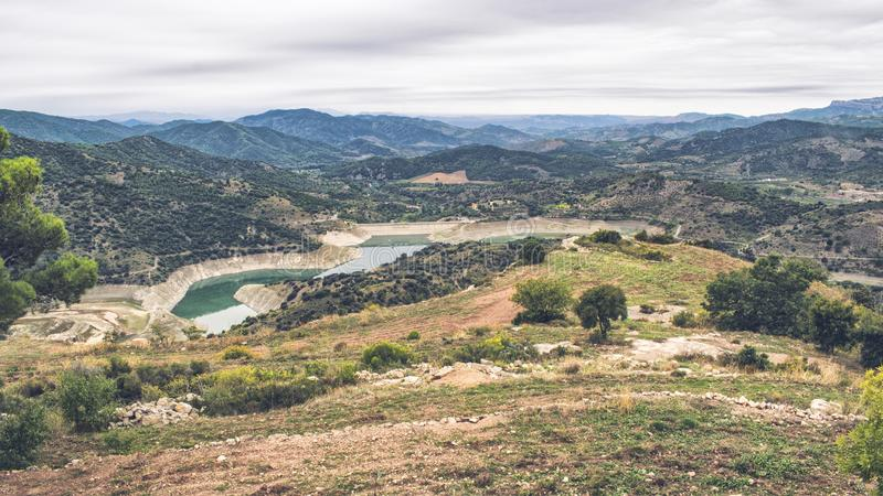 Landskap av berg med lövrika skogar arkivbilder