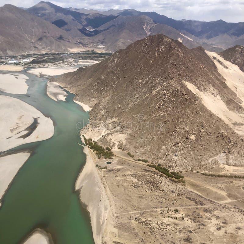 Landskap av berg och floder i Lhasa, Tibet fotografering för bildbyråer