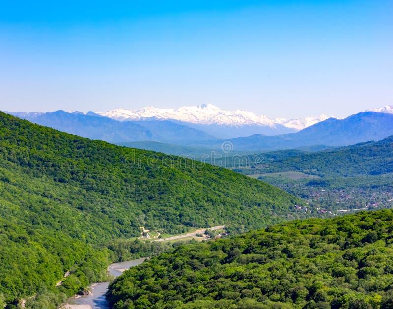 Landskap av berg och kullar i Kaukasuset arkivfoto