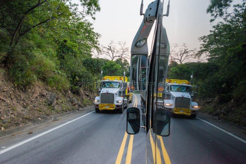 LANDSKAP AV BERGEN SOM OMGER CHICAMOCHA-KANJONEN I COLOMBIA arkivbild