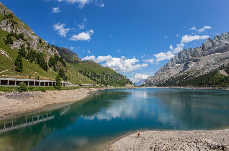 Landskap av berglake/Fedaia Dolomites/Italien för en lake/ royaltyfria bilder