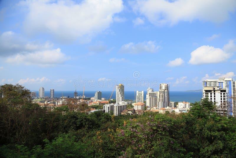 Landskap av byggnader med havet och blå himmel och moln royaltyfria foton