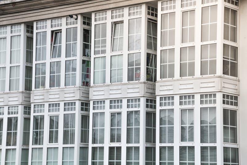 Landskap av byggnader med vita fönster arkivbilder