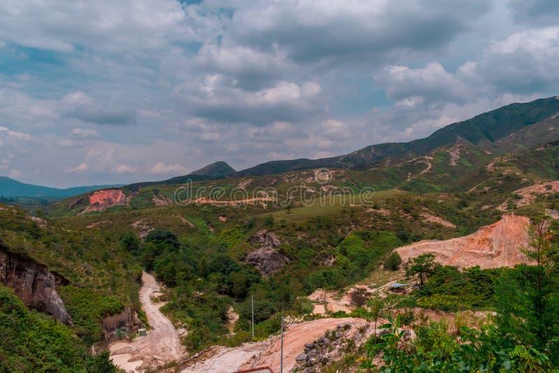 Landskap av colombianska berg med sandminer royaltyfria bilder
