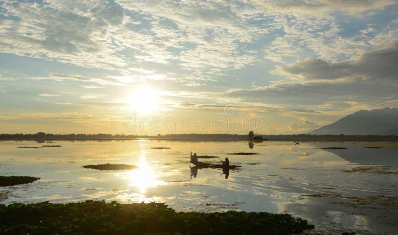 Landskap av Dal Lake i Srinagar, Indien fotografering för bildbyråer