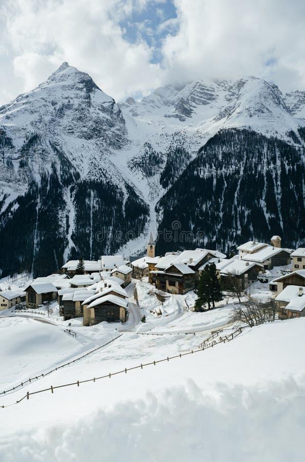 Landskap av den berömda skridskoåkningen i vintersemesterorten Davos, Switzerlan royaltyfri bild