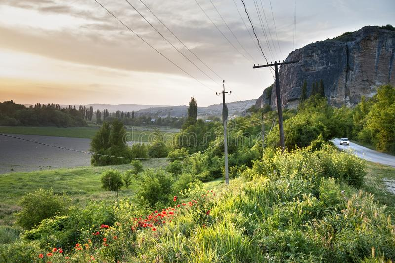 Landskap av den bergiga Crimeain vårtiden Beskåda nästan grottastaden av Kachi Kalion nära Bakhchisaray arkivfoton