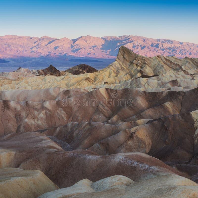 Landskap av den Death Valley nationalparken på Zabriskie punkt i morgonen Pittoreskt av en öken Erosional landskap arkivbild