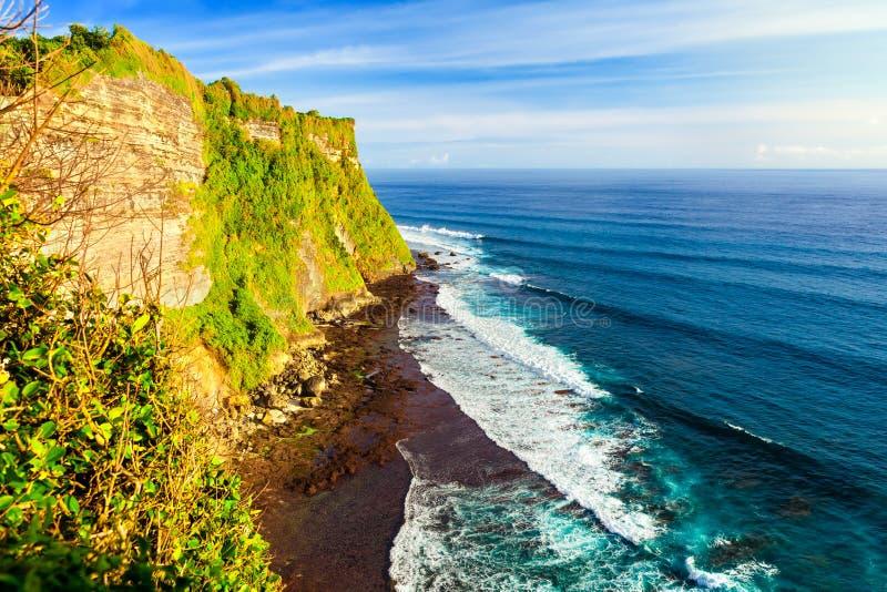 Landskap av den höga klippan och det tropiska havet på den Uluwatu templet, Bali, Indonesien royaltyfri fotografi