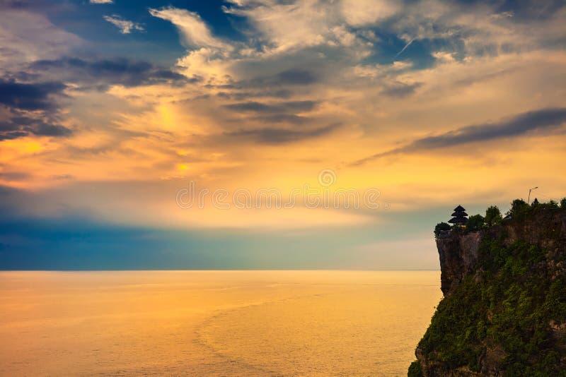Landskap av den höga klippan och det tropiska havet på den Uluwatu templet, Bali, Indonesien royaltyfria foton
