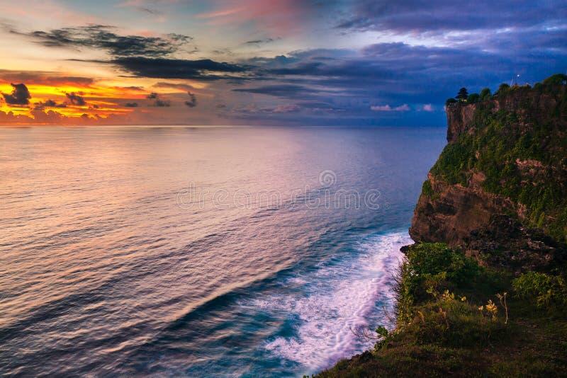 Landskap av den höga klippan och det tropiska havet på den Uluwatu templet, Bali, Indonesien arkivfoton