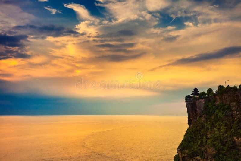 Landskap av den höga klippan och det tropiska havet på den Uluwatu templet, Bali, Indonesien royaltyfria bilder