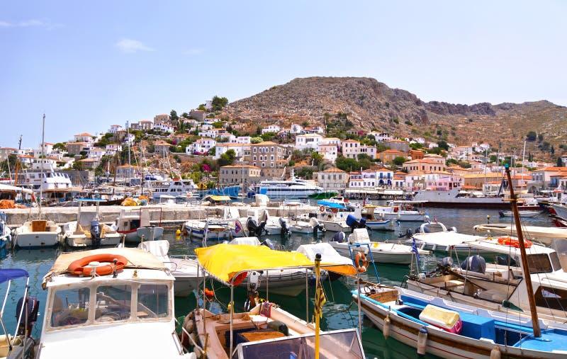 Landskap av den HydraöSaronic golfen Grekland - traditionella fiskebåtar på en liten port arkivbild