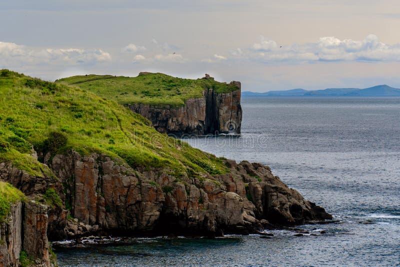 Landskap av den kust- udden i molnigt väder royaltyfri fotografi