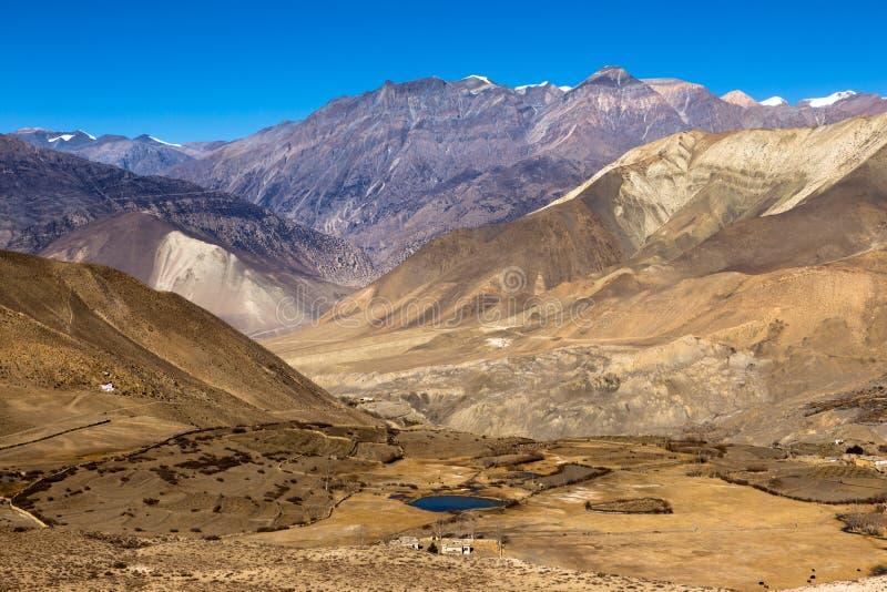 Landskap av den Muktinath byn i lägre mustangområde, Nepal royaltyfri bild
