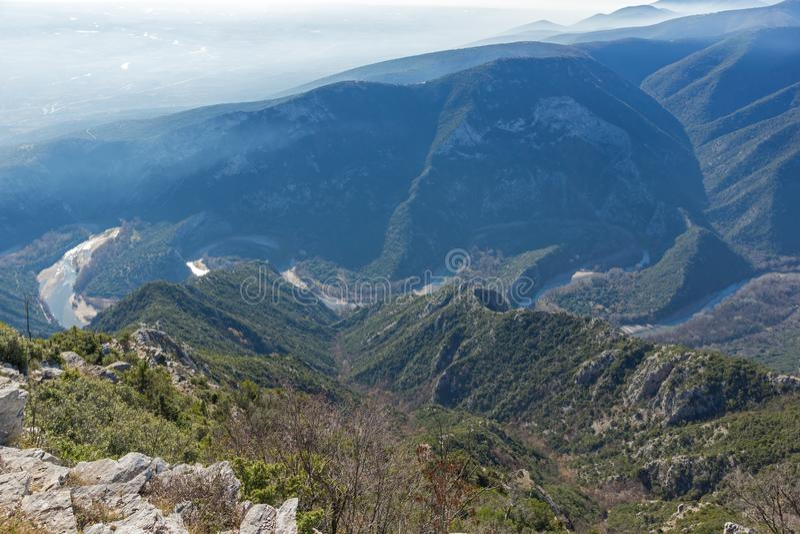 Landskap av den Nestos flodklyftan nära stad av Xanthi, östliga Makedonien och Thrace, Grekland royaltyfria bilder