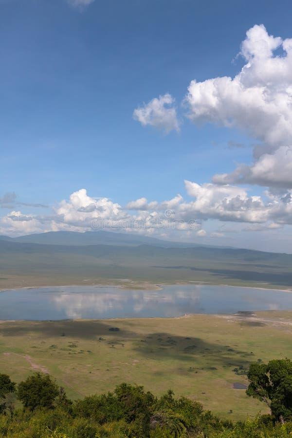Landskap av den NgoroNgoro krater Sjön är inom krater Tanzania Afrika arkivbild