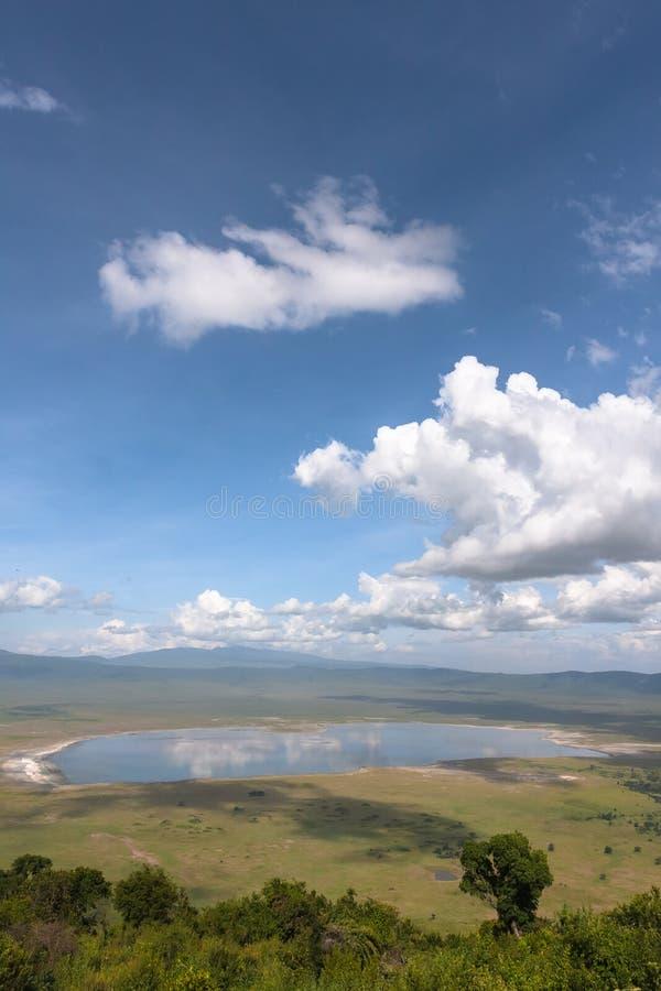 Landskap av den NgoroNgoro krater Sjön och kullen inom krater Tanzania Afrika fotografering för bildbyråer
