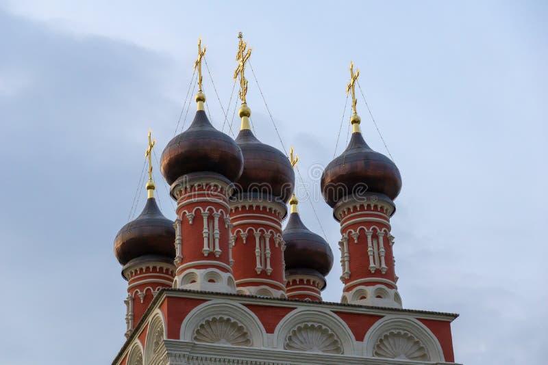 Landskap av den ortodoxa kyrkan för röd tegelsten royaltyfri fotografi