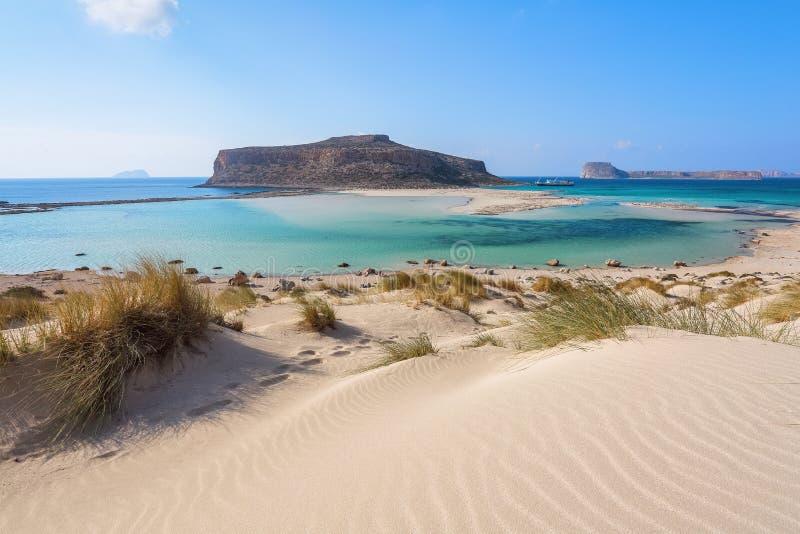 Landskap av den soliga sommardagen med sandstranden, turkoshavet och berg Stället för turister vilar den Balos lagun, Kretaön royaltyfri fotografi
