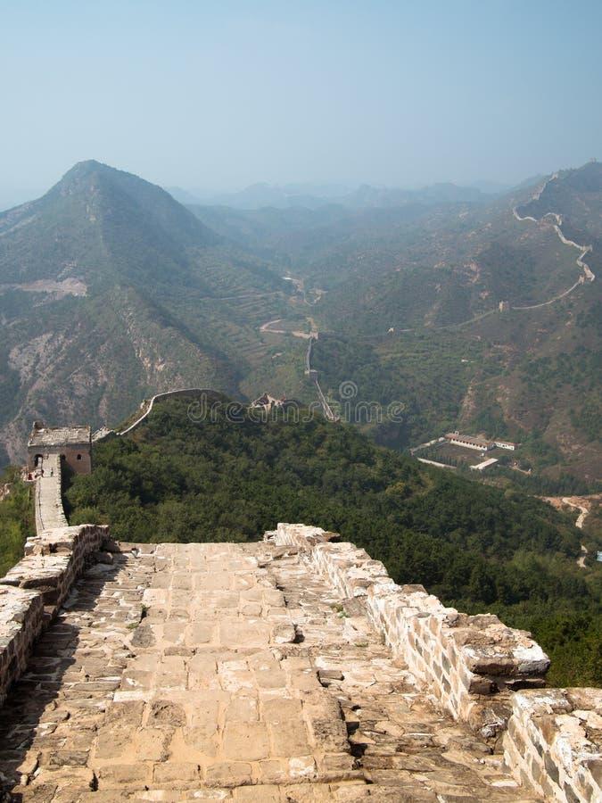 Landskap av den stora väggen av Kina till och med kantsträckningen royaltyfria bilder