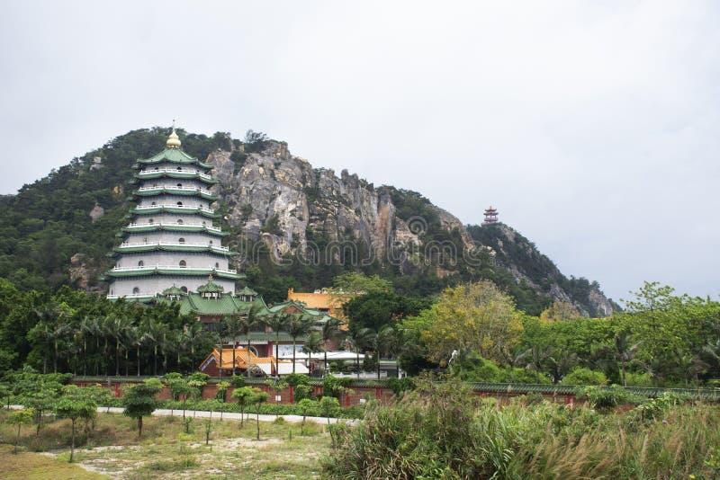 Landskap av den Tiantan templet och den stora chedipagoden i Tian Tan Garden med berget på Shantou eller Swatow i Chaozhou, Kina royaltyfria foton