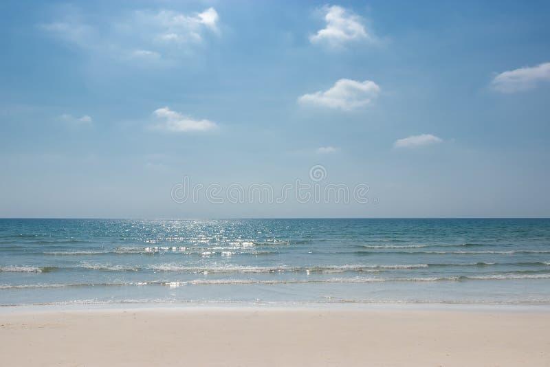 Landskap av den tropiska stranden för sommar härlig seascape med sand, havet och himmel fotografering för bildbyråer