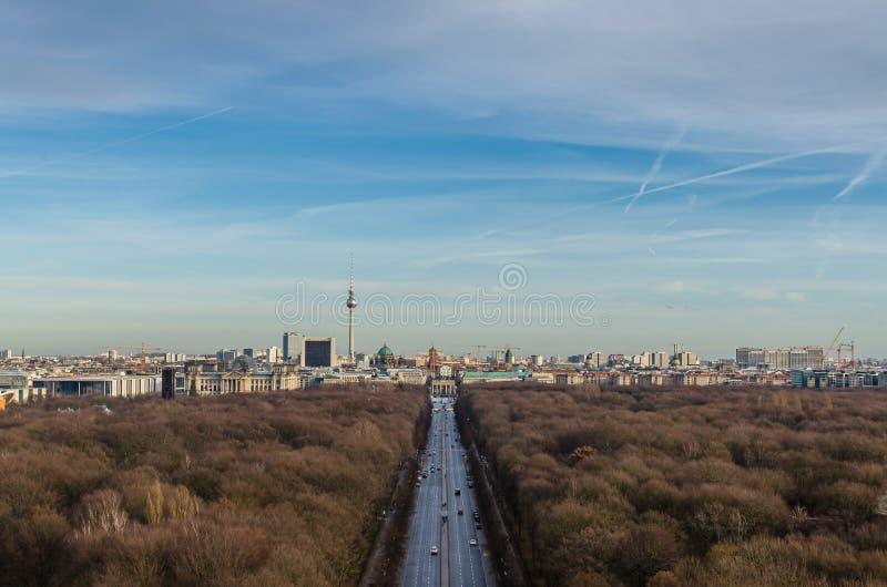 Landskap av det Berlin TVtornet och den Brandenburg porten arkivfoto