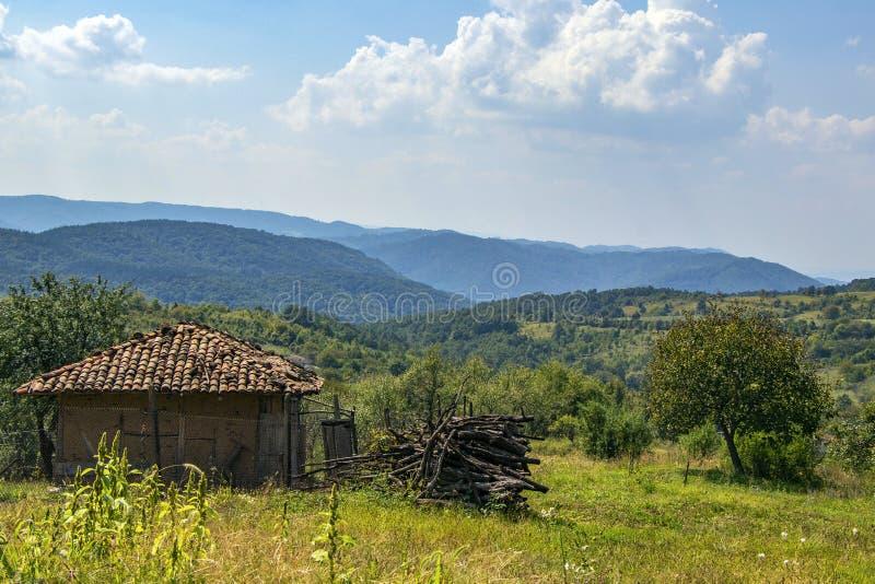 Landskap av det bulgariska gamla huset i bakgrunden av bergen arkivfoton