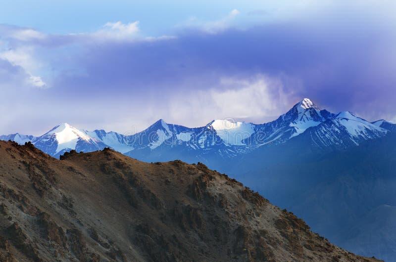 Landskap av det Indien landet Berg under en solnedgång eller en soluppgång med den guld- solen Himalayas som förbluffar sikter In royaltyfri bild