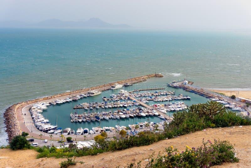 Landskap av det Mediterranen havet och fartygen, Sidi Bou Said, Tunisien royaltyfria foton
