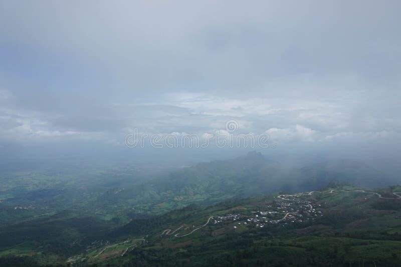 Landskap av dimmig phutabberk royaltyfri foto