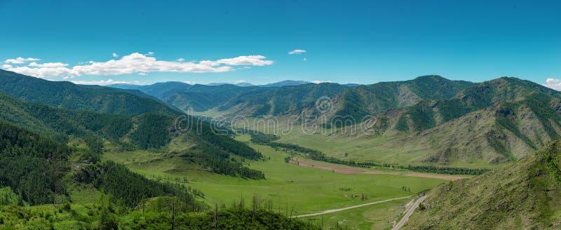 Landskap av en bergdal Chike-Taman vägpasserande, Altai arkivbilder