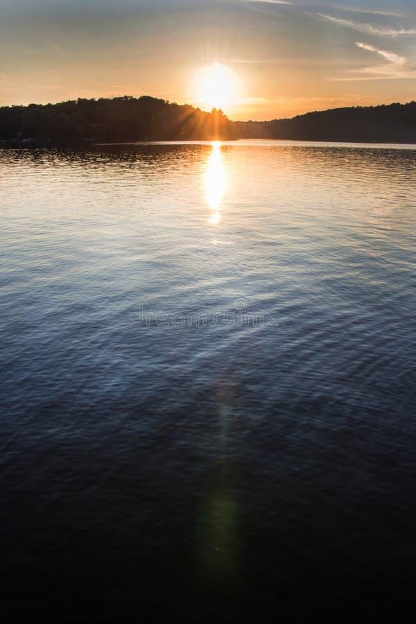 Landskap av en nordlig sjö på solnedgången royaltyfri foto