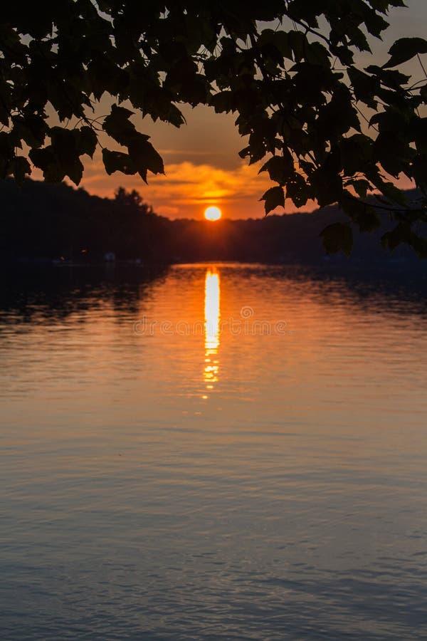 Landskap av en nordlig sjö på solnedgången royaltyfri fotografi