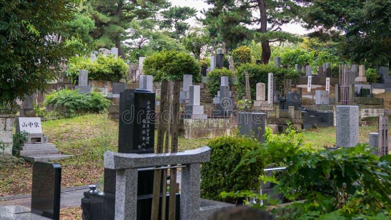 Landskap av en offentlig Japan gravsten och kyrkogård i Tokyo, Japan arkivbilder