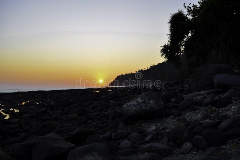 Landskap av för östrand för paradis det tropiska skottet för solnedgång Lampung Indonesien royaltyfria bilder