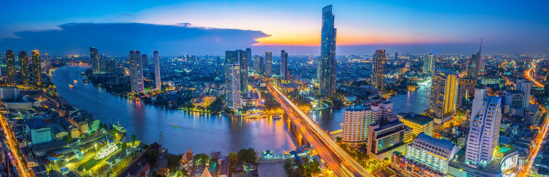 Landskap av floden i Bangkok cityscape i nattetid arkivfoton