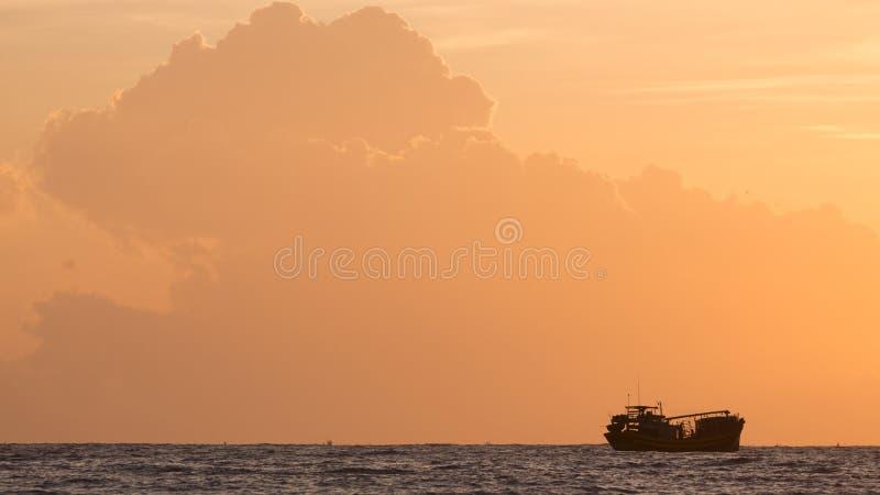 Landskap av havet, nautisk fiskebåt i havet royaltyfria bilder