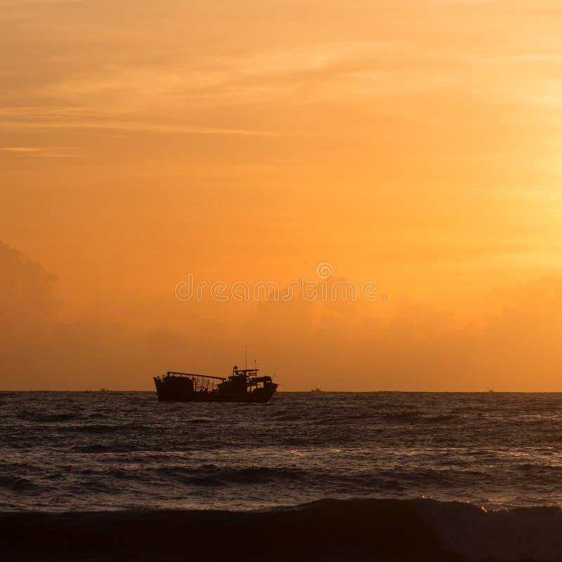 Landskap av havet, nautisk fiskebåt i havet royaltyfri fotografi