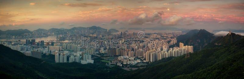 Landskap av Hong Kong och Kowloon i soluppgångmorgon med mist arkivfoton