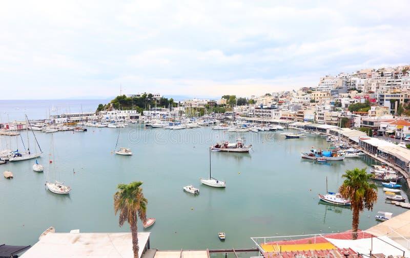 Landskap av Kastella Piraeus Grekland - grekisk hamn med fiskebåtar och segelbåtar arkivfoto