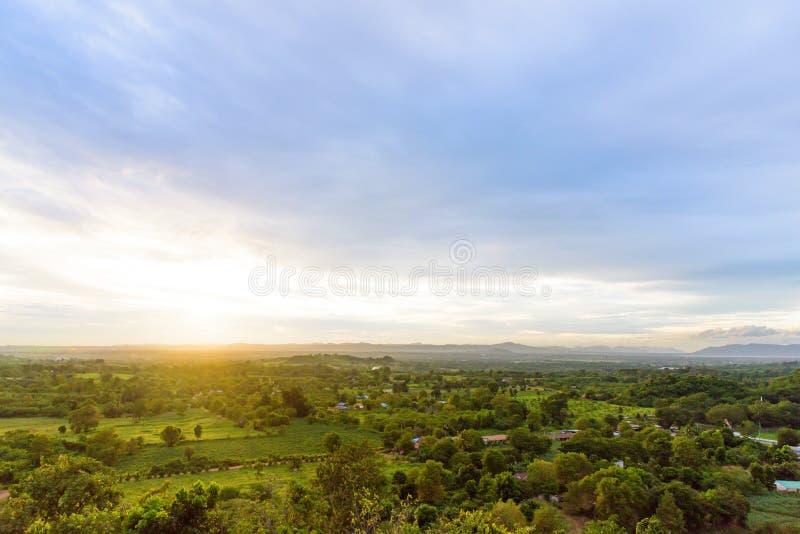 Landskap av molnigt, berget och skogen med solnedgång i aftonen från bästa sikt royaltyfri fotografi