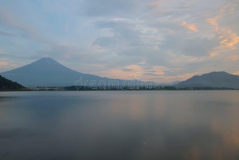Landskap av Mount Fuji i Japan på solnedgången royaltyfri bild