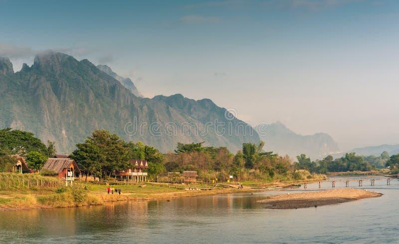 Landskap av Nam Song River i morgon arkivfoto